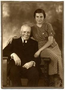 22.balsera.Victoriano F.Balsera y su nieta Carmin1 218x300 Las Naves de Balsera, atracadas en la Ría de Avilés desde 1910