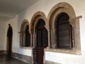 22.CLAUSTRO. arqueria romanica. IMG 4152 300x225 El claustro poético y misterioso