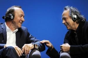 22.27 marzo. K.Spacey y Serrat en Niemeyer 300x199 Un ramo de veintisietes, marzianos ellos