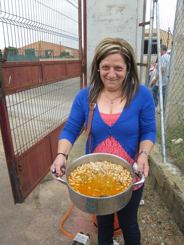 2Valentina Sánchez con les fabes con almejes a cuestas desde Langreo Día 9. De Villalpando a Europa